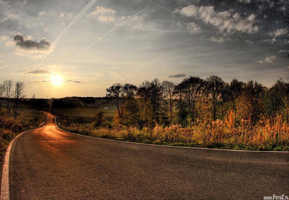 Obrázok asfaltovej cesty, ktorá vedie do neznáma.