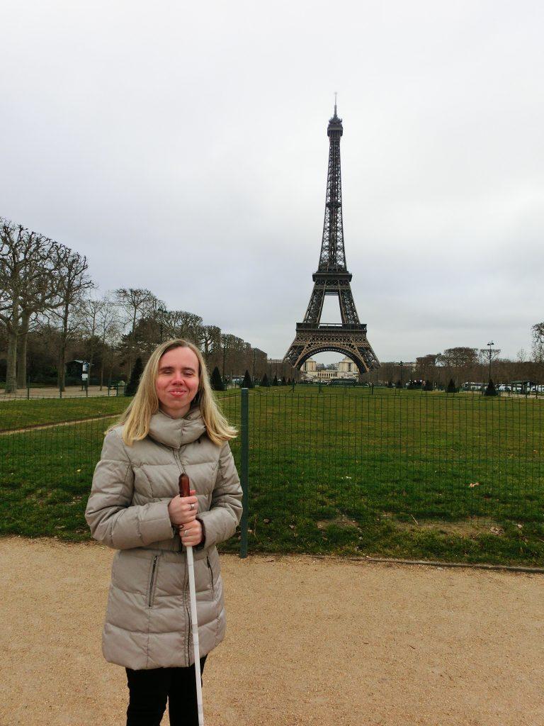 Nevidiaca Miška pred Eifellovou vežou v Paríži